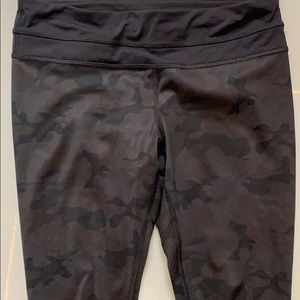 lululemon athletica Pants - Lululemon crop luxtreme camo
